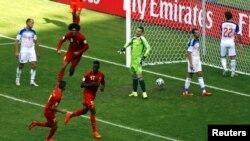 Игорки сборной Бельгии празднуют гол в ворота сборной России