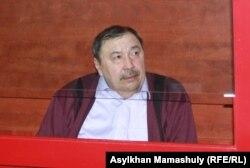 Сотта отырған Ержан Өтембаев. Алматы облысы, Қаскелең, 22 қаңтар 2014 жыл.