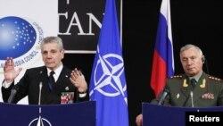 Бельгия - председатель военного Комитета НАТО Адмирал Джампаоло Ди Паола и Начальник генерального штаба ВС РФ Николай Макаров на пресс-конференции после заседания Совета Россия - НАТО в Брюсселе, 4 мая 2011 г.