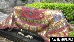 Рудольф Нуриев Париж янындагы Сэн-Женевьев-де-Буа зиратында җирләнгән