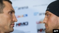 Володимир Кличко і Франческо П'янета, фото з прес-конференції 29 квітня 2013 року