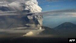 Вулкан Мерапі під час виверження в листопаді 2010 року