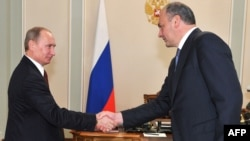 Vladimir Putin (left) with Republic of Daghestan President Magomedsalam Magomedov in Novo-Ogaryovo (file photo)