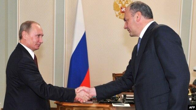 Vladimir Putin (left) with Republic of Daghestan President Magomedsalam Magomedov in Novo-Ogaryovo (file photo)