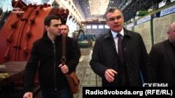 Журналіст програми «Схеми» Олександр Чорновалов (л) на заводі «Турбоатом» у супроводі генерального директора підприємства Віктора Суботіна