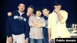 Диас Кадырбаев (крайний справа) и Азамат Тажаяков (второй справа). Фото из социальной сети Facebook.