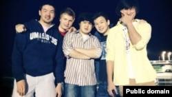 Азамат Тажаяков (второй справа) и Диас Кадырбаев (первый справа) в компании своих друзей. Фото со страницы Азамата Тажаякова в социальной сети Facebook.
