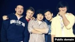 Диас Кадырбаев (крайний справа) и Азамат Тажаяков (второй справа) со своими друзьями. Фото из социальной сети Facebook.