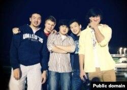 Азамат Тажаяков (второй справа) и Диас Кадырбаев (первый справа) в компании своих друзей. Фото с Facebook'a.