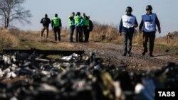 Ուկրաինա - Նիդերլանդացի քննիչները և ԵԱՀԿ-ի դիտորդները «Մալայզիական ավիաուղիներ»-ի Boeing 777 օդանավի կործանման վայրում, նոյեմբեր, 2014թ․