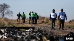 """Следователи на месте падения """"Боинга-777"""", разбившегося 17 июля 2014 года под Донецком."""