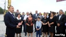 Президент Азербайджана Ильхам Алиев на встрече с жителями Евлахского района. 7 октября 2012 года.