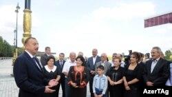 Prezident İlham Əliyev sakinlərlə görüşür (arxiv fotosu)