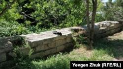 Мемориальная стенка разрушается