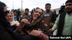 یک خانم اهل سیکهـ بخاطر کشته شدن اعضای خانواده اش در حملات مسلحانه افراد گروه داعش در کابل گریه میکند.