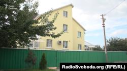Будинок у понад 370 кв. метрів у селі Гатне під Києвом, що належить родині Олександра Ковальчука