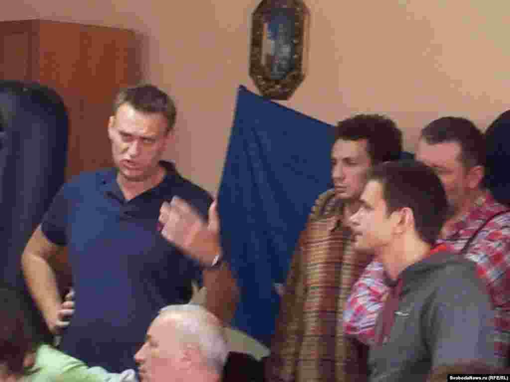 """Алексей Навальный представляет голодающим Сергея Пархоменко: """"Лига избирателей"""" поможет купить билеты тем,кто едет в Aстрахань"""