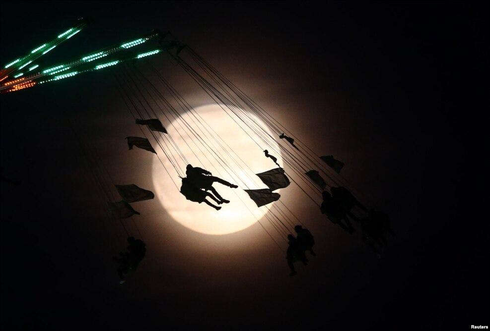 پدیده «سوپرماه» یا ابرماه. پدیده «ماه افروختگی» یا «اَبَرماه» هنگامی روی میدهد که ماه در حالت قرص کامل در نزدیکترین فاصله و نورانیترین حالت خود نسبت به زمین قرار میگیرد. سازمان ملی هوانوردی و فضایی آمریکا «ناسا» ماه شامگاه دوشنبه را نزدیکترین به زمین گزارش کرده و افزوده است پس از این ابرماه، ابرماه آینده پس از گذشت ۱۸ سال در ۲۵ نوامبر سال ۲۰۳۴ میلادی (شنبه چهارم آذرماه سال ۱۴۱۳ هجری شمسی) پدیدار خواهد گشت.