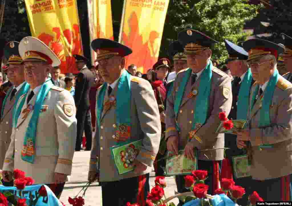 Группа генералов после возложения цветов к Вечному огню в Алматы.