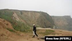 Следить за чистотой побережья - теперь обязанность Сергея