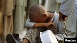 Pakistanski dečak čeka u redu za hranu, 23. avgust 2010