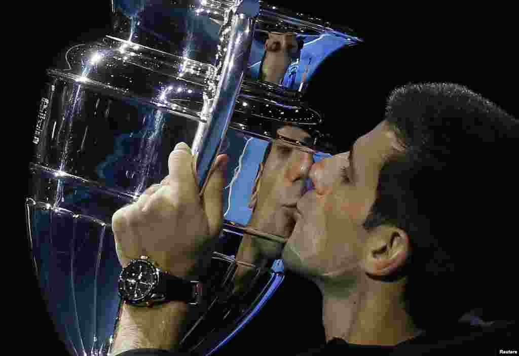 Novak Djokovic of Serbia kisses the 2014 ATP World Tour Number 1 Award trophy at the ATP World Tour Finals in London. (Reuters/Stefan Wermuth)