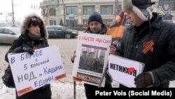 Петр Войс на пикете в поддержку Кадырова. Гвоздику пришлось пририсовать