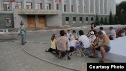 Обманутые дольщики у здания администрации Омской области