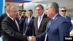 """Владимир Путин и глава """"Роснефти"""" Игорь Сечин"""