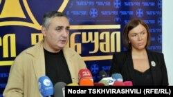 ეროვნული ფორუმის პოლიტიკური მდივანი ირაკლი მელაშვილი (მარცხნივ) და ქრისტიან-დემოკრატების ერთ-ერთი ლიდერი, ინგა გრიგოლია