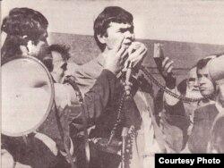"""Мухаммад Салих выступает на митинге узбекского движения """"Бирлик"""" с требованием независимости Узбекистана. Фото сделано предположительно в последние годы СССР."""