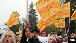 Під парламентом протестують проти заборони на ввезення секонд-хенду, Київ, 20 жовтня 2010 року