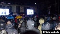 """Граѓани го следат обраќањето на претседателот на СДСМ Зоран Заев на трибина """"Вистината за Македонија"""" во Универзалната сала во Скопје."""