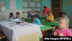 La școala din Cărpineni...