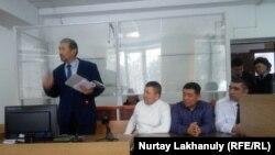 """""""Шекараны заңсыз кесіп өтті"""" деп айыпталған Тілек Тәбәрікұлы мен оның адвокаттары. Алматы облысы, 16 қаңтар 2020 жыл."""
