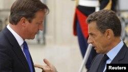 Дэвид Кэмерон (слева) с президентом Франции Николя Саркози