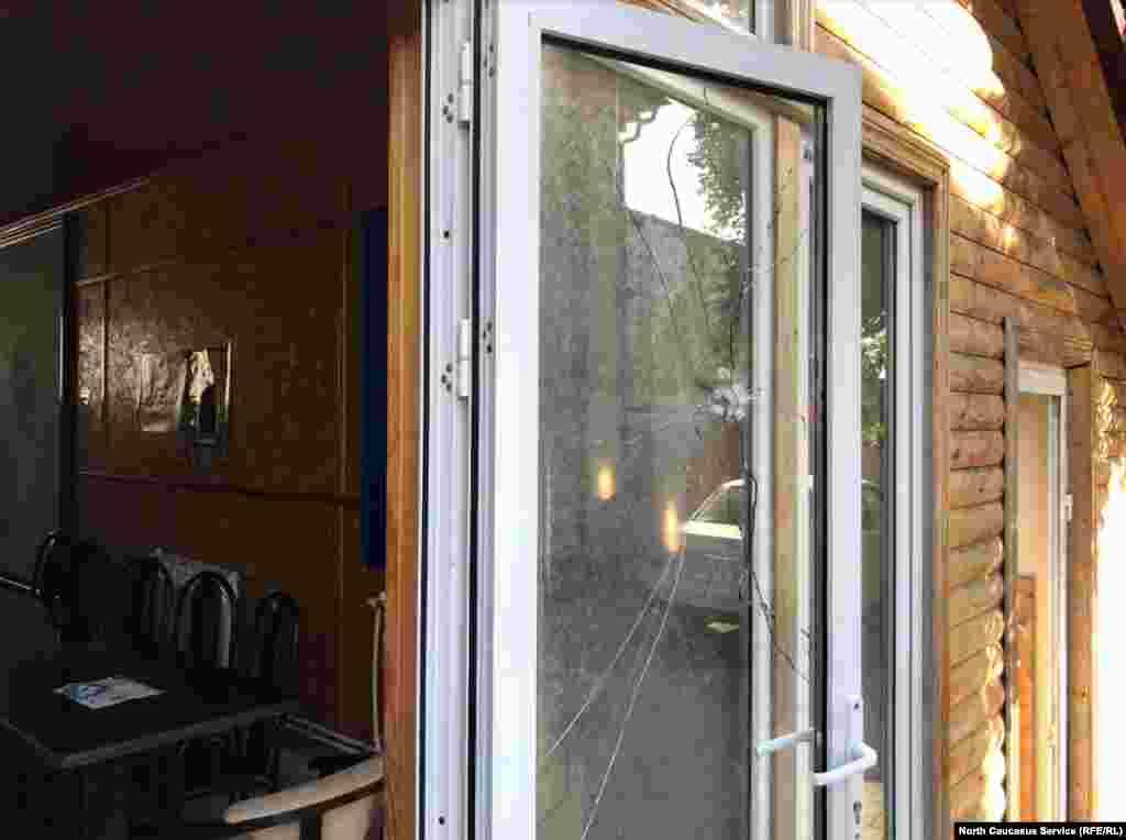 Матушка Галина успела спрятаться в подвале трапезной (на фото – маленькая дверь справа).