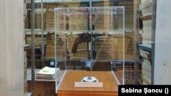 Revolverul francez găsit în Casa Mureșenilor se poate vedea în fereastra arhivelor.