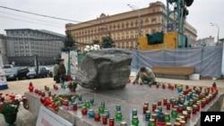 Лубянская площадь в Москве. У Соловецкого памятника, установленного в память о жертвах сталинских репрессий