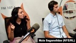 ნათია ჩაჩავა - ჟურნალისტი და მიშა ჯახუა - საქართველოს ახალგაზრდა იურისტთა ასოციაციის იურისტი.