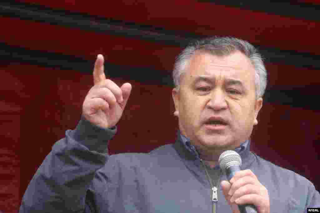 """Ө. Текебаев мамлекетти конституциялык органдар эмес, ашар жолу менен тууган-уруктар башкарып калганын айтты - Kyrgyzstan - Omyrbek Tekebaev, the lider of party """"Ata Meken"""", in protest action of opposition forces, Bishkek, 27Mar2009"""