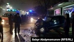 На месте ДТП, которое произошло в Бишкеке на пересечении улицКурманджан Датки и Горького, 16 декабря 2017 г.