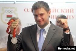 Кідальнік молата Вадзім Дзевятоўскі са срэбным алімпійскім мэдалём.