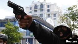 2 травня 2014 року: невідомий проросійський нападник стріляє по маршеві футбольних фанатів і проукраїнських активістів, ілюстраційне фото