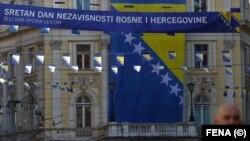 Na zgradi iznad Vječne vatre u Sarajevu, postavljena je zastava Bosne i Hercegovine povodom obilježavanja 1. marta - Dana nezavisnosti BiH.