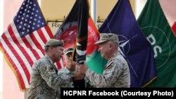 سکات میلر (چپ) قوماندانی نیروهای امریکایی و ناتو در افغانستان را به کنت مکنزی سپرد