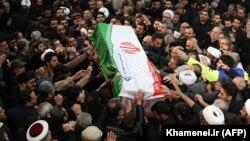 Qytetarët bartin arkivolin e komandantit të vrarë iranian, Qasem Soleimani. Teheran, 6 janar, 2020.