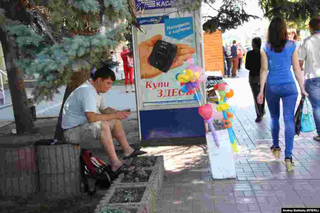 Если не съезжать с главной улицы на боковые или параллельные, может показаться, что жизнь здесь идет обычным чередом.