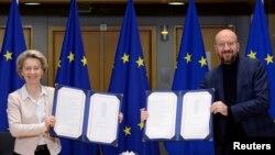 Președinta Comisiei Europene, Ursula von der Leyen și președintele Consiliului European, Chares Michel semneaza acordurile comerciale post-Brexit, Bruxelles, 30 decembrie 2020