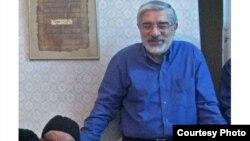 میرحسین موسوی در کنار پدرش
